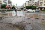 附城南江路口積水嚴重,行人與車同道走,險象環生