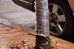 泷洲路新种树头的泥土下雨被雨水冲到四处都是,晴天又