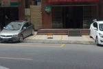 @城监,罗定市区商业旺街的人行道都可以变为私家专用泊车位吗?谁有这个特权?
