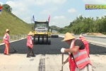 云茂高速信宜水口207国道跨线桥已经完成合龙