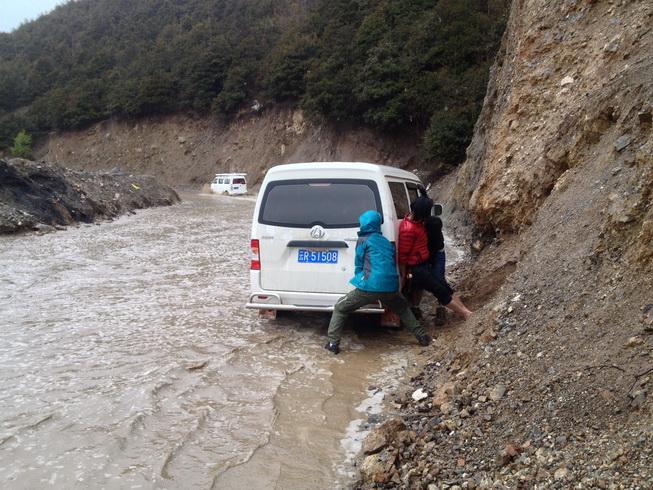 车子掉水沟