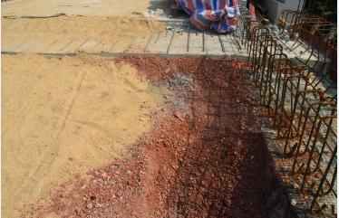 这些砂砾用来做减震层。。。