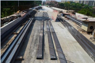 知道这些槽钢和钢丝绳有什么用吗,原来是要来搭棚架在桥底施工的。。。