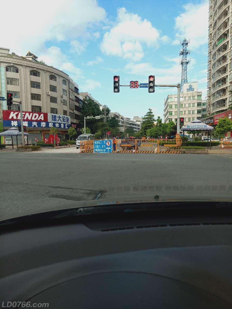龙华路锦绣华庭路段施工慢,严重影响市民出行!