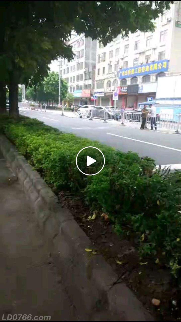 兴华三路小车怼隔离栏直接开过对面车道。